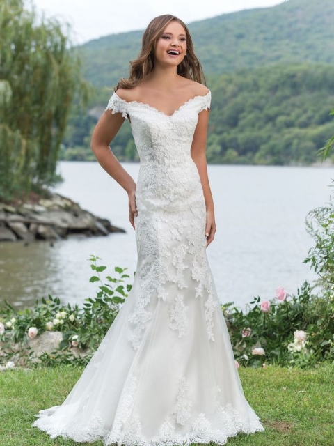 fitted off the shoulder lace plus size Justin Alexander, sweetheart wedding dress with sweetheart neckline under $1400